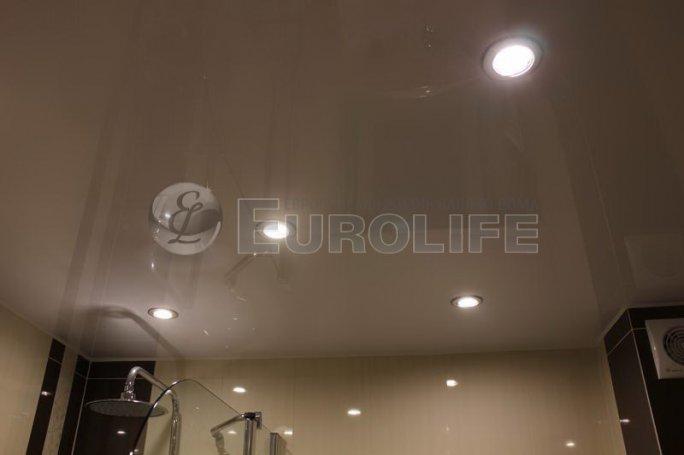 Глянцевый натяжной потолок в ванной комнате со светодиодными встраиваемыми светильниками.
