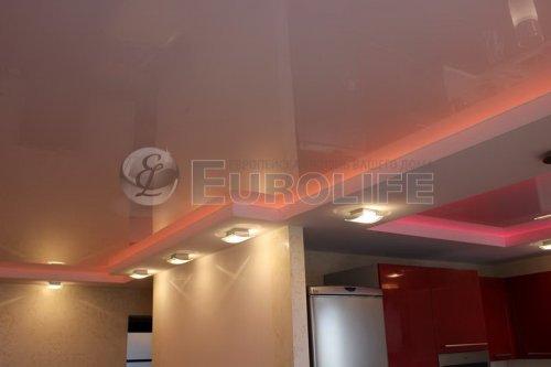 Двухуровневый натяжной потолок в помещении столовая-кухня.Нижний уровень потолка изготовлен из ткани по причине необходимости создать углы в конструкции, что практически невозможно сделать из полотен ПВХ.