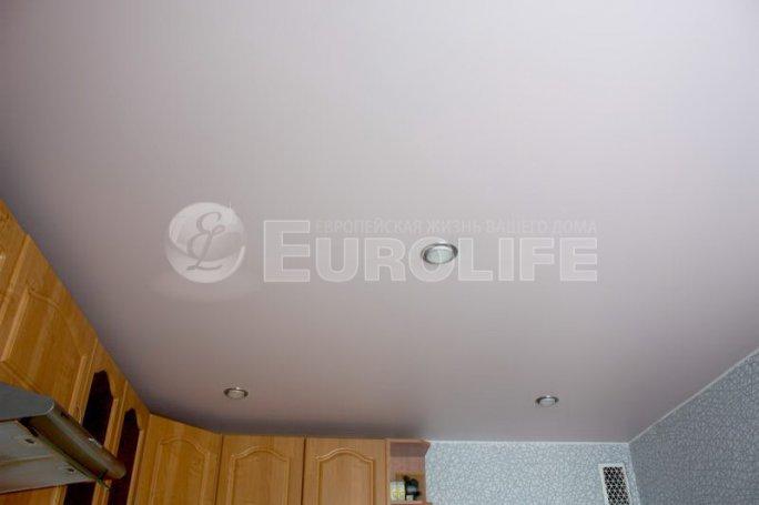 Матовый белый натяжной потолок в кухне.
