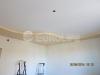 Классический двухуровневый потолок на кухне. Нижний уровень визуально отделяет рабочую зону кухни от основного пространства.