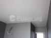 Матовый белый натяжной потолок с спальне.