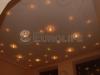 Альтернативное решение технологии «Звездное Небо» - использование множества мелких галогенных светильников вместо оптоволоконного освещения. В данной случае использовани полотно ПВХ белый мат с нанесением фотопечати по периметру и углам.