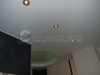 Натяжной потолок в ванной комнате с двухуровневой конструкцией. Внутри верхнего уровня потолка установлена светодиодная лента с контроллером и пультом управления.