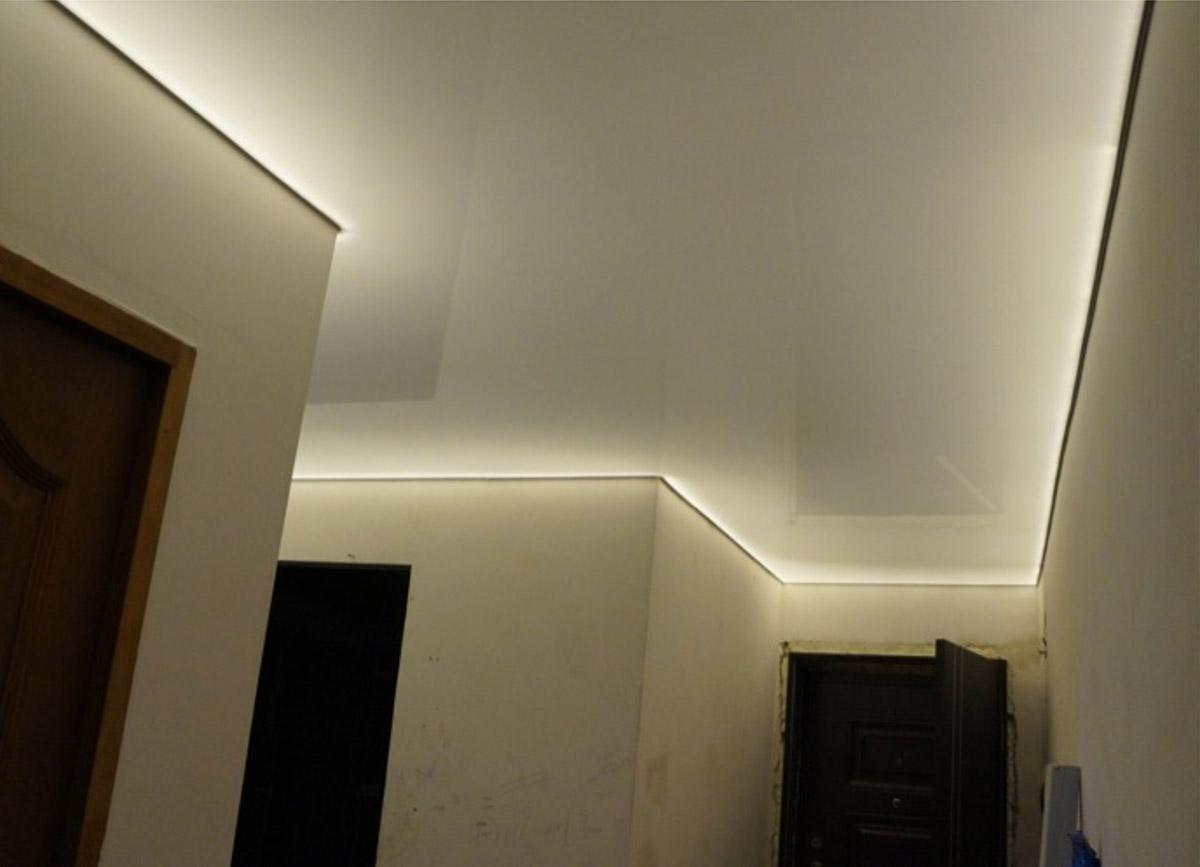 Это натяжной потолок с подсветкой за полотном