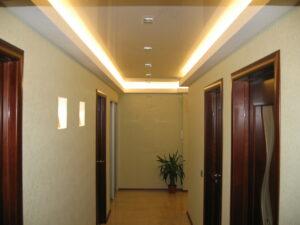 Двухуровневый с закарнизкой в коридоре
