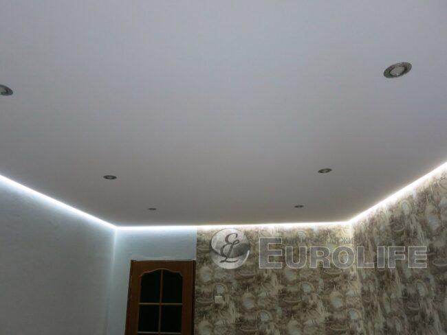 Парящий тканевый потолок на основе профиля со светопрозрачной вставкой.