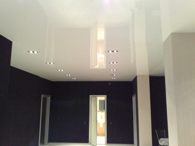 Лаковый потолок в интерьере