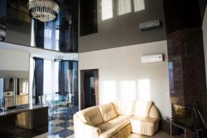 Лаковый потолок черного цвета в гостиной
