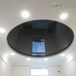 черный глянцевый потолок в гипсокартонной конструкции