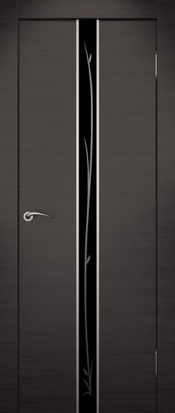 Стильное сочетание художественного тонированного стекла в алюминиевом обрамлении на фоне венге.