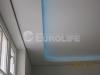 Двухуровневый натяжной потолок выполнен из матовых белых полотен.