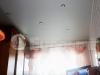 Классический матовый белый потолок в гостиной комнате.