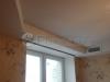 Сложный многоуровневый тканевый натяжной потолок в гостиной. Во второй уровень потолка внедрена система вентиляции и кондиционирования воздуха. В данной фрагменте потолка так же использована система так называемого скрытого карниза.