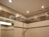 Оформление ванной комнаты в стиле модерн с использованием матового белого натяжного потолка ПВХ