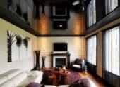 Черный глянцевый потолок – альтернатива зеркальному потолку.