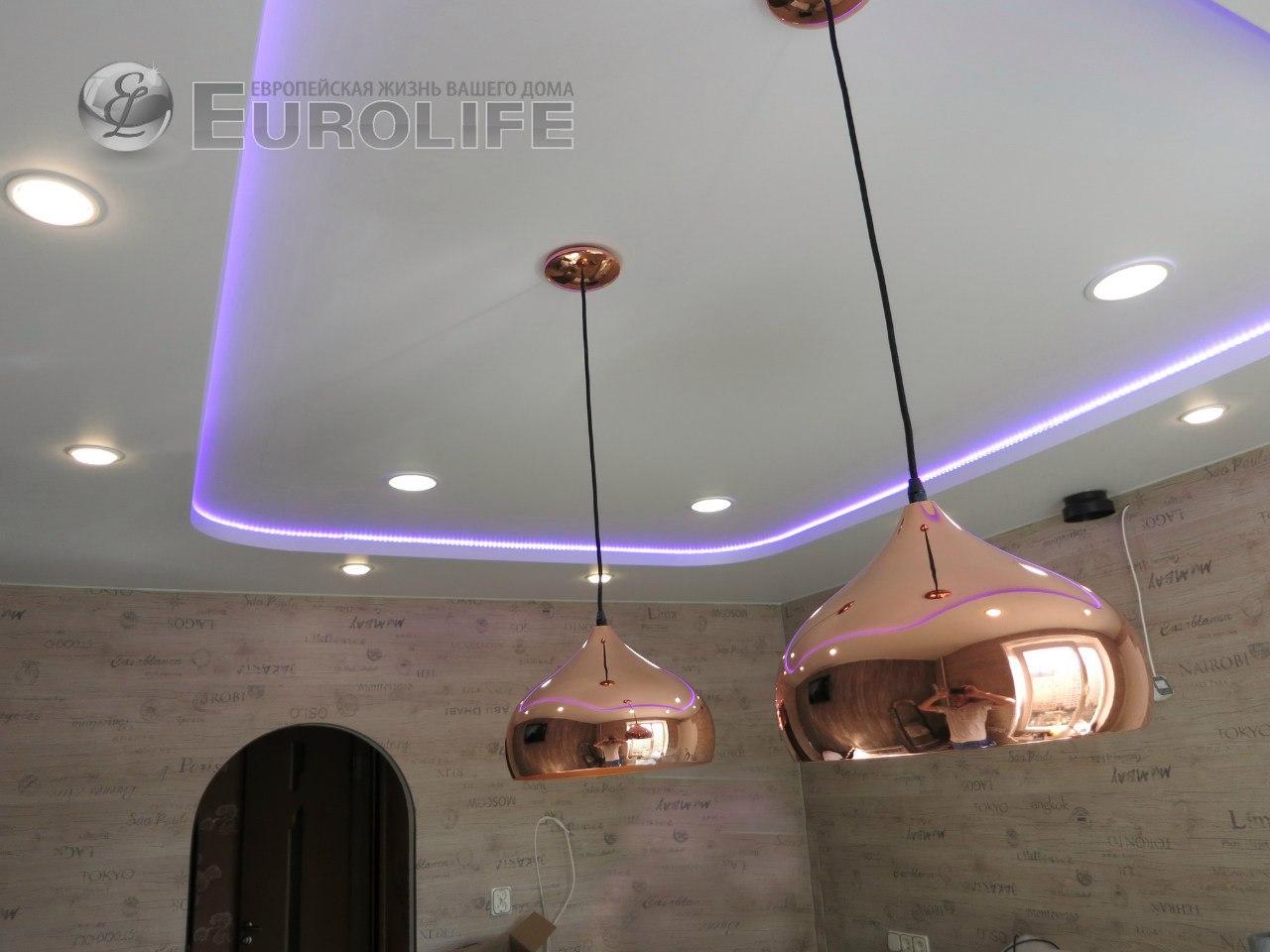 Двухуровневый потолок из конструкции с закарнизным пространством для светодиодной ленты. Кому интересно: стены облицованы ламинатом.