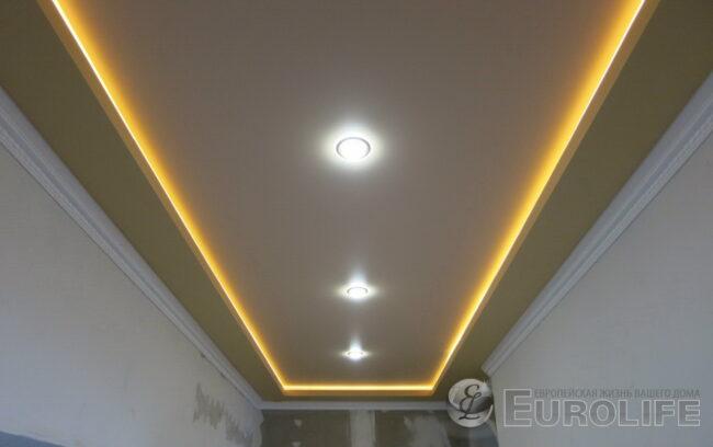 потолок с подсветкой в узком коридоре