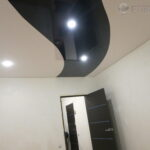 черный лаковый потолок в криволинейной спайке