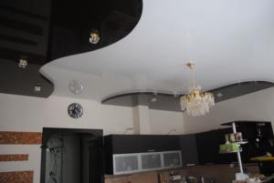 черный лаковый потолок