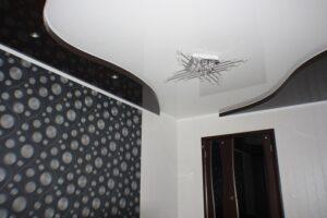 Черный лак часто используется в двухуровневых потолках