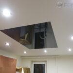 сочетание светильников и лакового потолка
