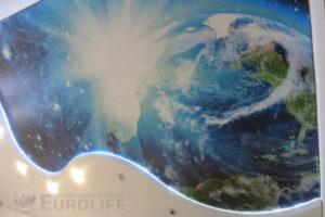 рисунок космоса на двухуровневом потолке с подсветкой