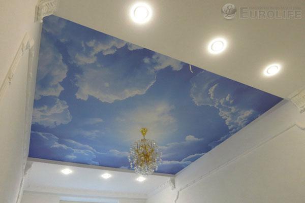 рисунок неба на потолке с люстрой