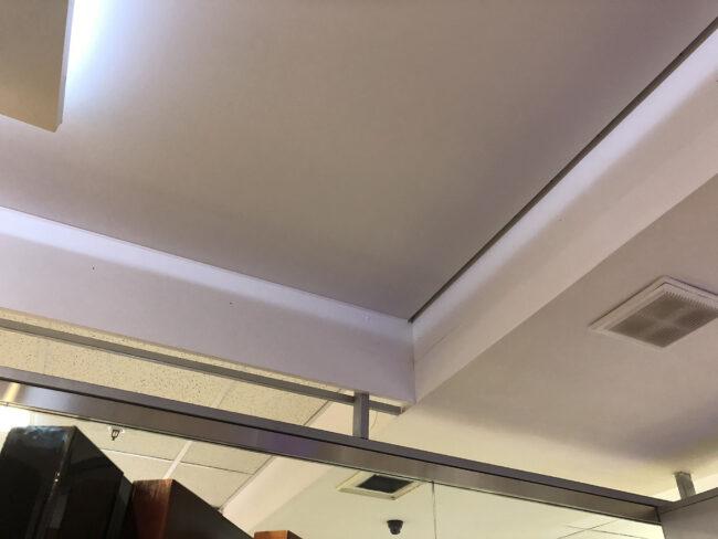 В выключенном виде контурный потолок кажется обычным, у парящего остается технологический зазор.