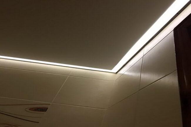 В матовой плитке подсветка также отражается, но мягче.