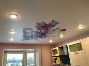 Натяжной потолок с фотопечатью с установленными светильниками