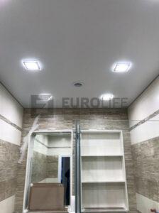 Квадратные светильники в натяжном потолке на еврокрабе
