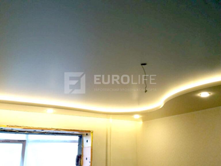 Двухуровневый потолок с закарнизной подсветкой, ниша для шток также подсвечена