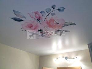 Фотопечать акварельных рисунков на натяжных потолках смотрится наиболее нежно