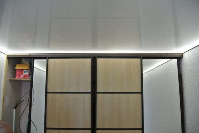 Шкаф-купе и натяжной потолок с подсветкой по периметру