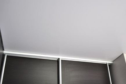 Шкаф-купе и натяжной потолок на всю площадь помещения, включая область внутри шкафа