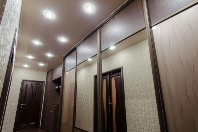 Шкаф-купе и натяжной потолок в коридоре