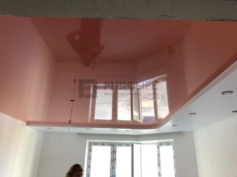Двухуровневый потолок с нишей для штор над окном