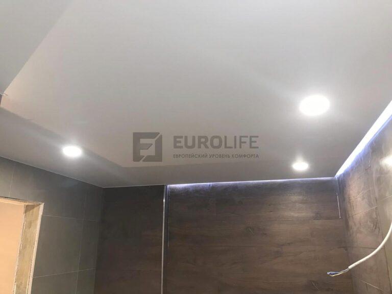 Парящий натяжной потолок, подсветка не по всем стенам