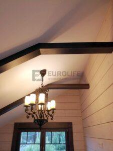 В дом с деревянной отделкой лучше выбирать лампы с теплой температурой свечения