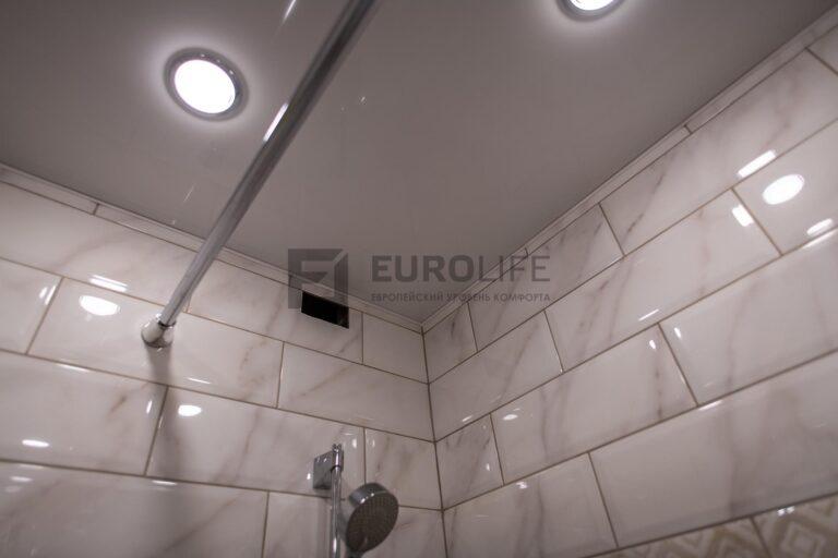 глянцевая плитка и глянцевый потолок в ванной комнате