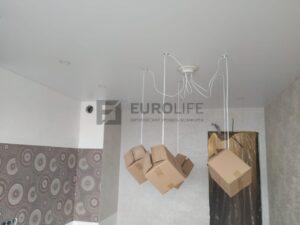 Люстра паук на натяжном потолке, во время монтажа плафоны закрывают коробками или пупырчатой плёнкой