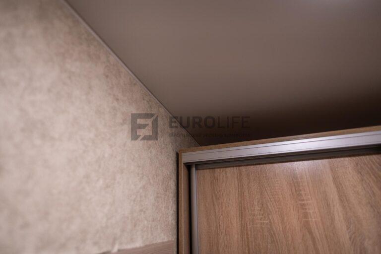 натяжной потолок и высокий шкаф