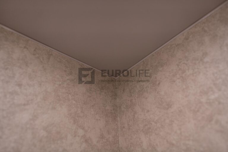 натяжной потолок в углу