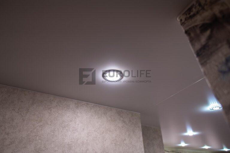 потолок разбитый на 2 полотна, по середине разделитель с овальной маскировочной лентой