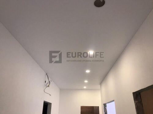 светильники в ряд на потолке