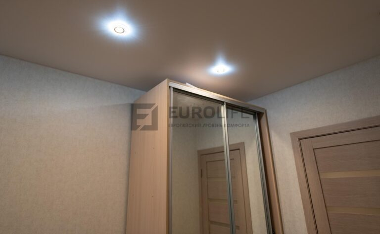 в идеале светильник от шкафа должен быть расположен подальше