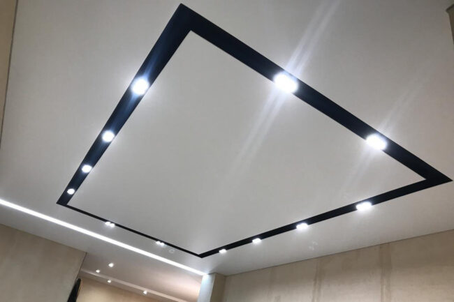 натяжной потолок с черной нишей под свет