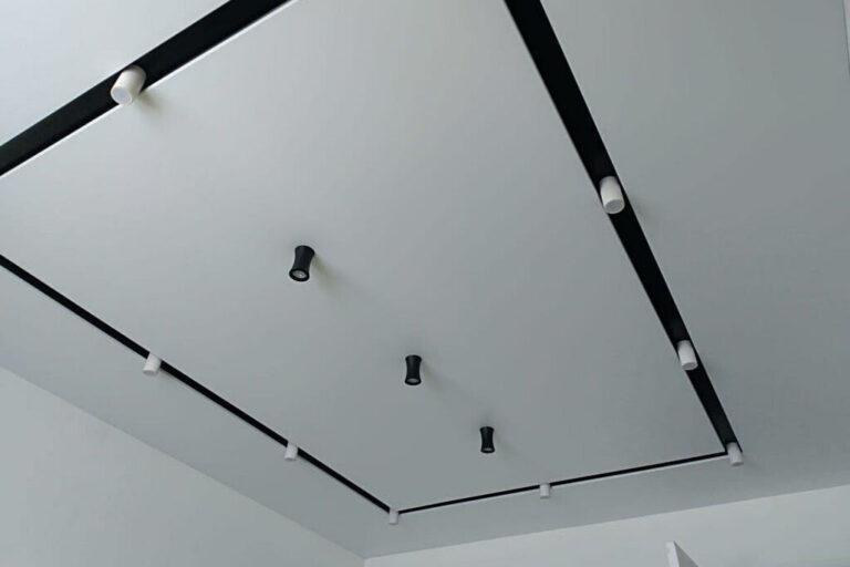 потолок с черной нишей