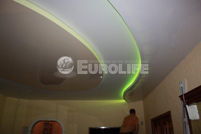 Процесс создания многоуровневого потолка - монтаж центрального полотна