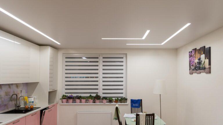 белый сатиновый потолок со световыми линиями slott на кухне